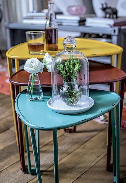 Compacto, o trio de mesas apara tudo: de bebidas a enfeites (Foto: Foto Ricardo Corrêa | Realização Cláudia Pixu | Produção Michele Moulatlet)