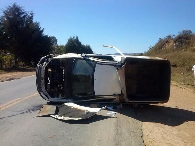 Motorista é arremessado para fora de carro em Santa Rita de Caldas (Foto: Adriano Sabino Barbosa)