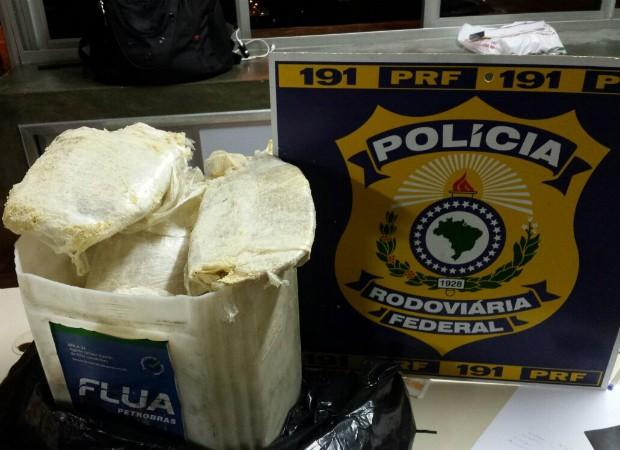 Cerca de 9 KG de pasta base de cocaína foram apreendidos Oliveira Minas Gerais Centro-Oeste (Foto: PRF/Divulgação)