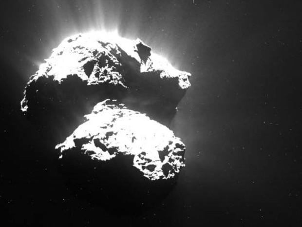 Imagem do cometa 67P/Churyumov–Gerasimenko foi capturada pela câmera da Rosetta d euma distância de cerca de 170 km em julho de 2015 (Foto: ESA/Rosetta/MPS)