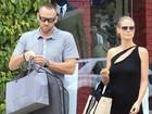 Heidi Klum e Martin Kristen exibem anéis de compromisso em passeio