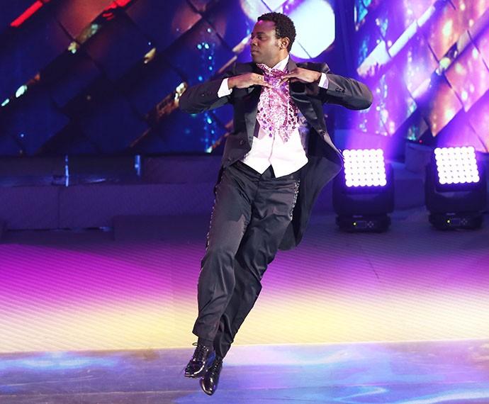 O ator faz passo de valsa no palco do 'Domingão' (Foto: Carol Caminha / Gshow)