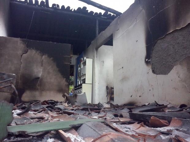 Casa onde a família foi morta foi incendiada (Foto: Valmir Inácio/TV Gazeta)