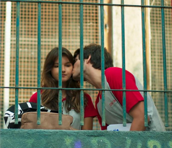 Luíza foi toda linda se declarar, mas Lucas cortou o clima com a novidade (Foto: TV Globo)