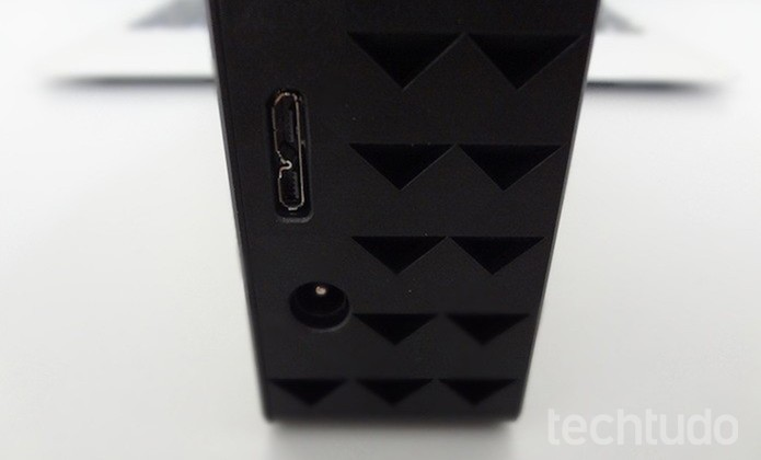 Conexão do HD: USB 3.0 e entrada de energia (Foto: Helito Bijora/TechTudo)