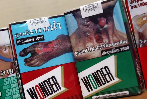 As atuais embalagens de cigarro tailandesas; legislação quer aumentar espaço de alertas contra o fumo nos maços (Foto: Apichart Weerawong/AP)