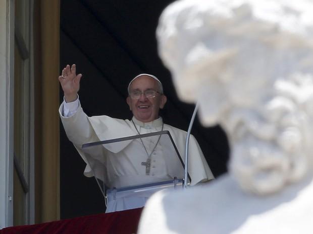 Papa Francisco acena para fiéis durante a oração Ângelus neste domingo, no Vaticano  (Foto: Reuters/Alessandro Bianchi )