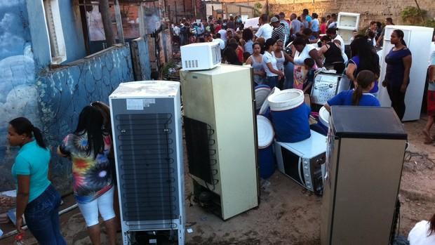 Moradores tentam salvar seus pertences do fogo (Foto: Márcio Pinho/G1 SP)
