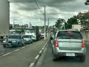 Obras causam longas filas de carros (Foto: Douglas Pires / G1)