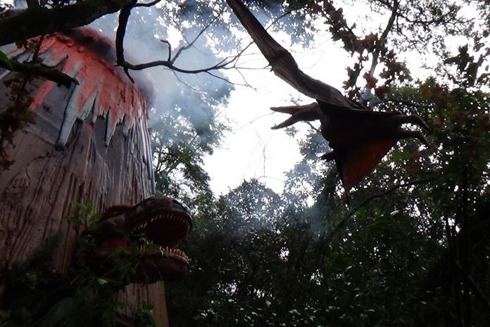 Pteranodonte enfrenta dinossauro carnívoro no zoo de SP