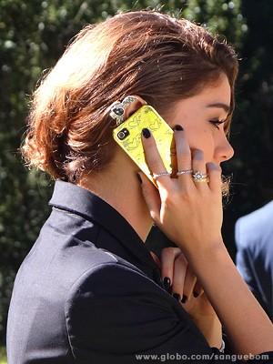 Amora usa capinhas estilosa para celular (Foto: Sangue Bom/TV Globo)