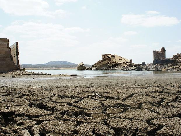 Ruínas da antiga cidade de São Rafael, inundada para a construção da barragem Armando Ribeiro Gonçalves, se tornaram atrações turísticas (Foto: Anderson Barbosa/G1)