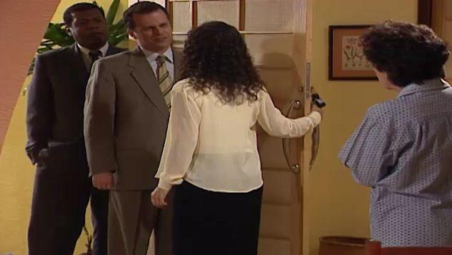 A polcia acha o revlver de Henrique na casa de Celeste (Foto: Reproduo/viva)