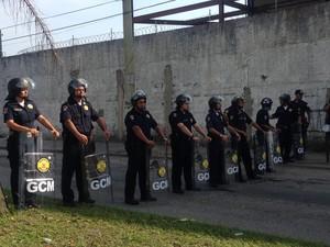 Guarda Municipal foi obrigada a fechar avenida (Foto: Marcela Pierotti / TV Tribuna)