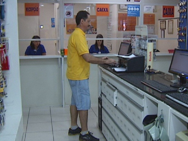Funcionário usa bermuda durante trabalho em Rio Preto (Foto: Reprodução/TV TEM)