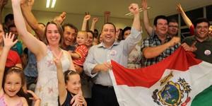 João Pizzio (centro), foi eleito prefeito ao lado do vice, Loris Franceschini (Foto: Jonas Ramos/Agência RBS)