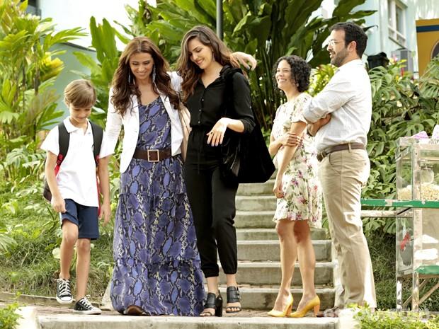 Clara e Marina se tratam com carinho na frente dos pais de colega de Ivan (Foto: Felipe Monteiro/ TV Globo)
