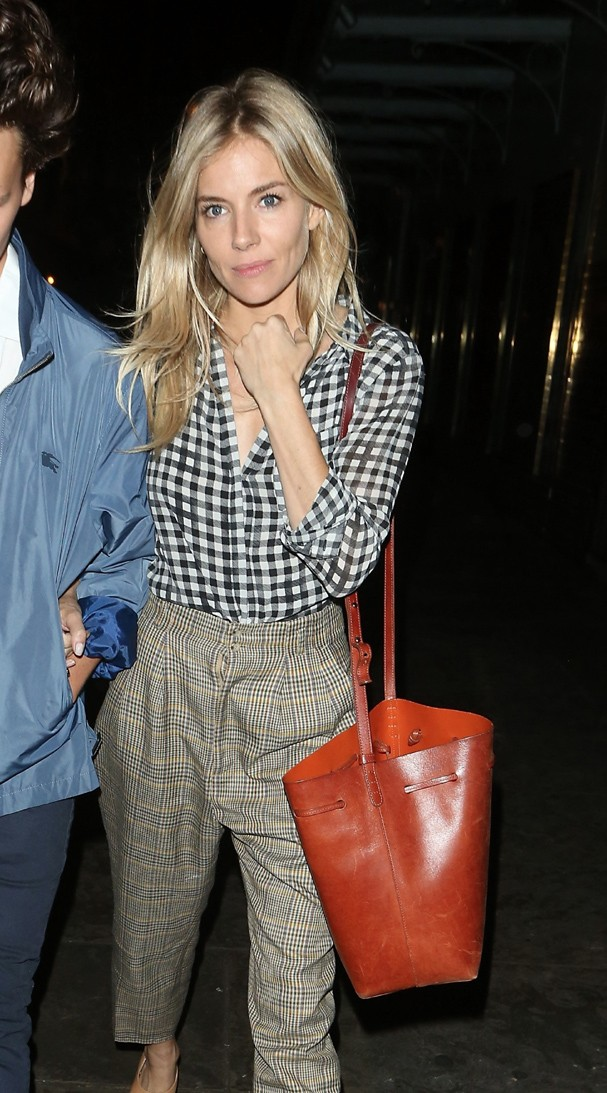 """** RIGHTS: ONLY UNITED STATES, BRAZIL, CANADA ** London, UNITED KINGDOM  - Sienna Miller is seen leaving J Sheekey restaurant in London with a male companion after performing in """"Cat On A Hot Tin Roof"""" at the Apollo theatre. Sienna was wearing a gingham b (Foto: BACKGRID)"""