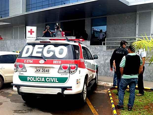 Policiais da Deco chegam ao Hospital Santa Marta, onde está internado o ex-administrador de Taguatinga Carlos Jales (Foto: Lucas Salomão/G1)