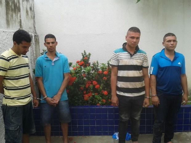 Suspeitos foram encaminhados para a Central de Flagrantes (Foto: Luís Vitor/G1)