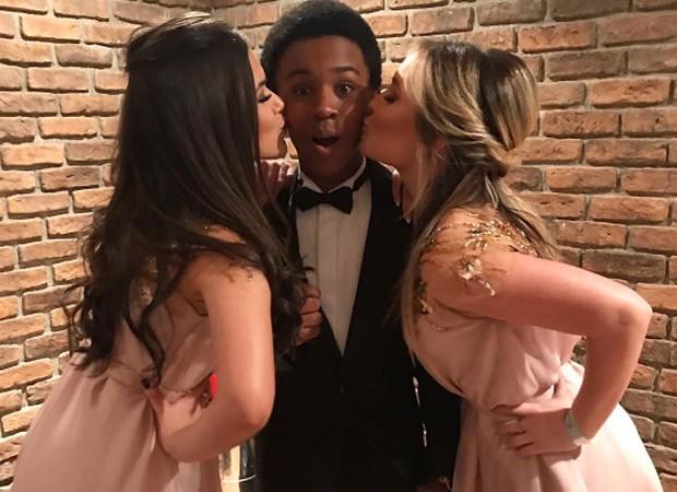 Jean Paulo Campos ganha beijo-sanduíche de Maisa Silva e Larissa Manoela (Foto: Reprodução/Instagram)