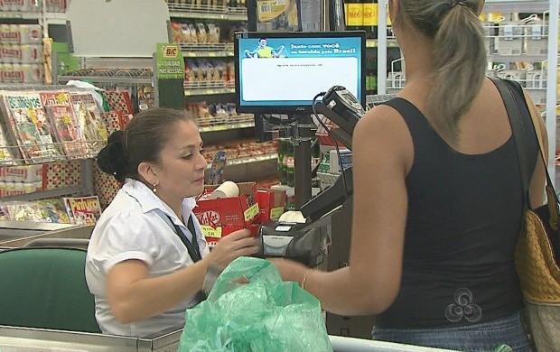 Para cumprir lei federal, rede de supermercados investe na contratação de deficientes físicos (Foto: Acre TV)