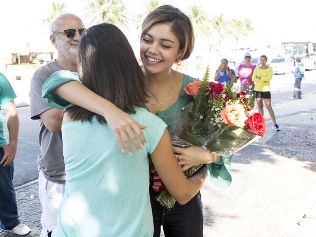 A atriz ganhou flores da equipe (Foto: Felipe Monteiro / Gshow)
