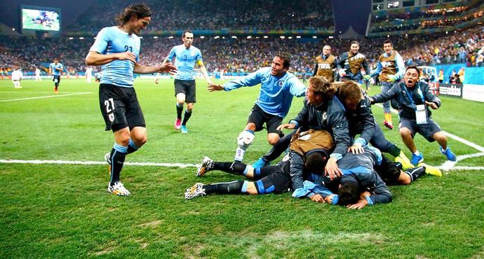 Luis Suarez comemoração Uruguai contra Inglaterra (Foto: Reuters)