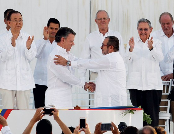 O aperto de mão de Santos e Tchimochenko foi celebrado por líderes internacionais.Fatou o Brasil (Foto: John Vizcaino / Reuters)