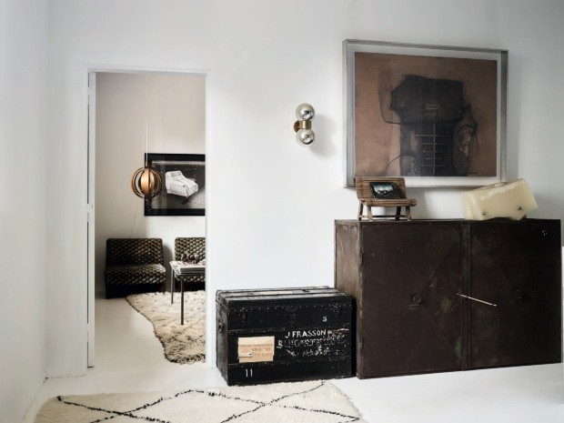 Hall dos quartos. No piso inferior do primeiro andar, avista-se o quarto principal. O baú da Louis Vuitton pertenceu a um cartógrafo e veio do interior da África. Fotografia de Roberto Crippa (Foto: Fabrizio Ciccone / Living Inside)