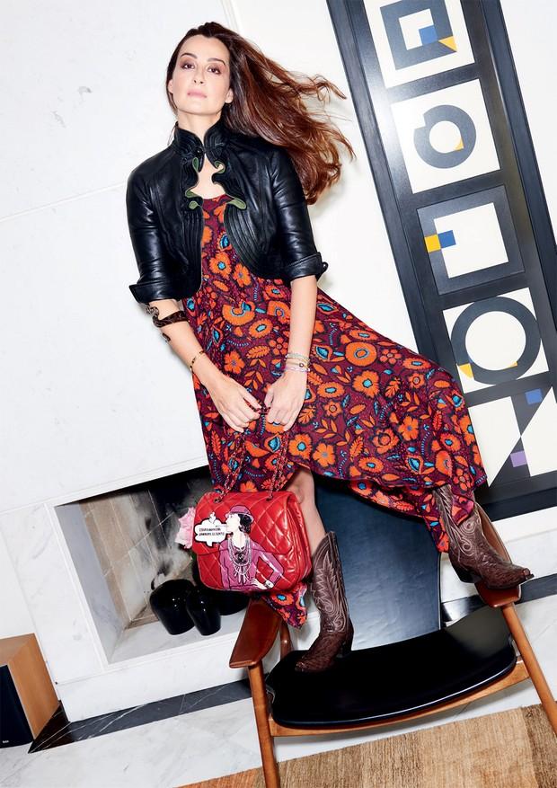 Em frente a gravuras Macaparana, Nora usa vestido Kenzo, jaqueta comprada na Argentina, botas de Dallas e bolsa Chanel assinada por Boyarde (Foto: Thiago Justo)