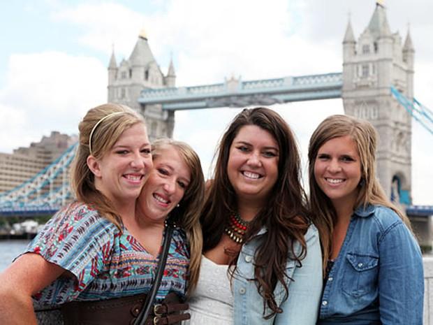 """As estrelas de """"Abby & Brittany"""", com as amigas Erin and Becca em Londres (Foto: Divulgação/TLC)"""
