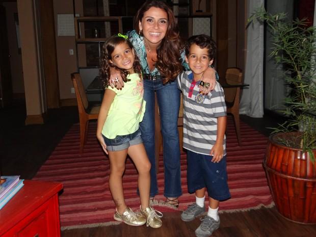 Atores tiram foto com Giovanna Antonelli  (Foto: Salve Jorge/ TV Globo)