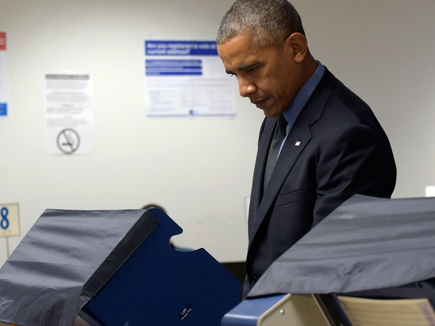 Obama vota antecipadamente para presidente no Chicago Board of Elections, em Chicago, Illinois, na sexta (7) (Foto: AP Photo/Susan Walsh)