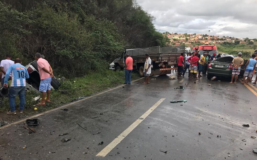 Caminhonete saiu da via e foi para acostamento após acidente nesta quarta-feira (Foto: Fábio Santos/ Voz da Bahia)