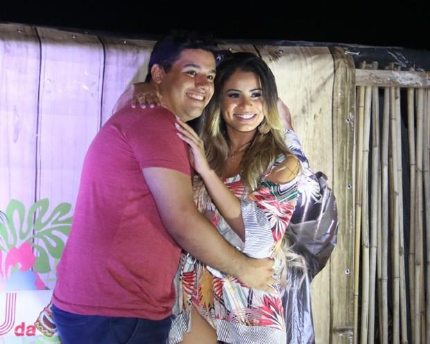 Lexa e fã (Foto: Daniel Pinheiro/AgNews)