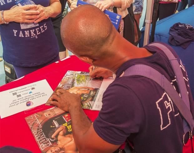Bombeiros também autografaram os calendários durante o lançamento (Foto: Divulgação/New York City Fire Department (FDNY))