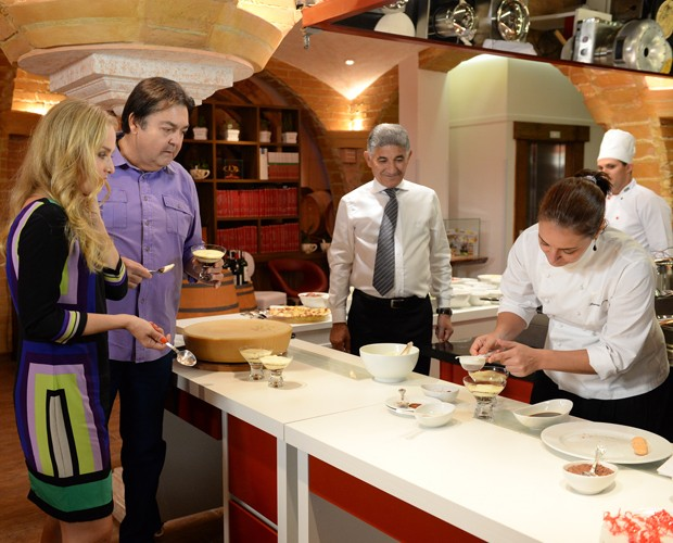 Angélica assiste ao preparo da sobremesa tiramissu (Foto: Globo / Zé Paulo Cardeal)