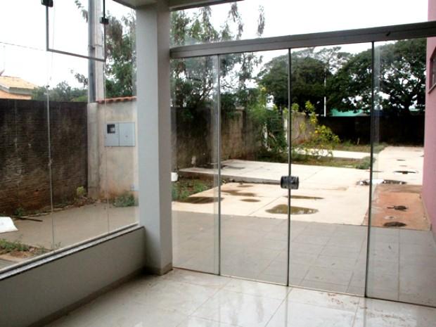 Laboratório não pode ser inaugurado porque muro ainda cerca o local. (Foto: Alessandro Perin/Divulgação)