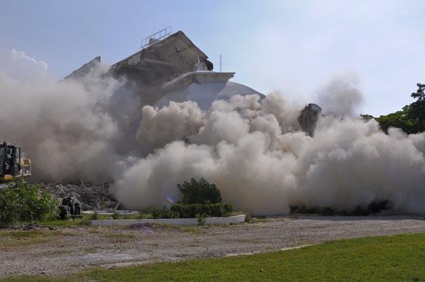 Momento da implosão do prédio destruído pelo terremoto de 2012 (Foto: Swoan Parker/Reuters)