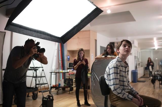 Noah Schnapp posa para Jeffrey Beasley, em Nova York. A foto é para o cartaz de 'Abe', longa de Fernando Grostein Andrade (Foto: Divulgação)
