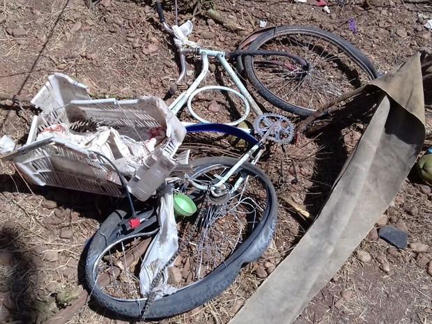 Acidente teria acontecido após motorista do caminhão tentar desviar de ciclista que teria atravessado a via (Foto: Beto Silva/TV Paraíba)