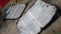 Bíblias têm apenas bordas queimadas (João Carlos Brasil/Tv Tapajós)