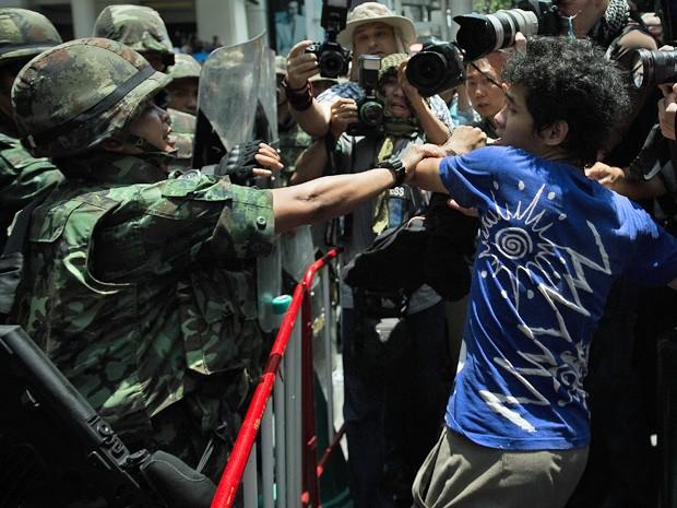 Soldados do Exército tentam conter manifestantes neste domijngo (25) (Foto: Nicolas Asfouri/AFP)