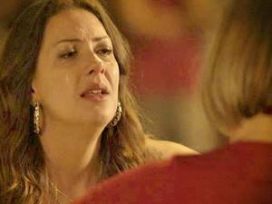 Olenka (Fabíula Nascimento) pede perdão à cabeleireira (Foto: Avenida Brasil/TV Globo)