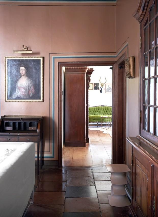 Corredor. A sala de estar desemboca na suíte do quarto principal. As largas tábuas do piso de madeira são típicas de uma época em que as árvores maciças ainda eram abundantes (Foto: Greg Cox / Bureaux)