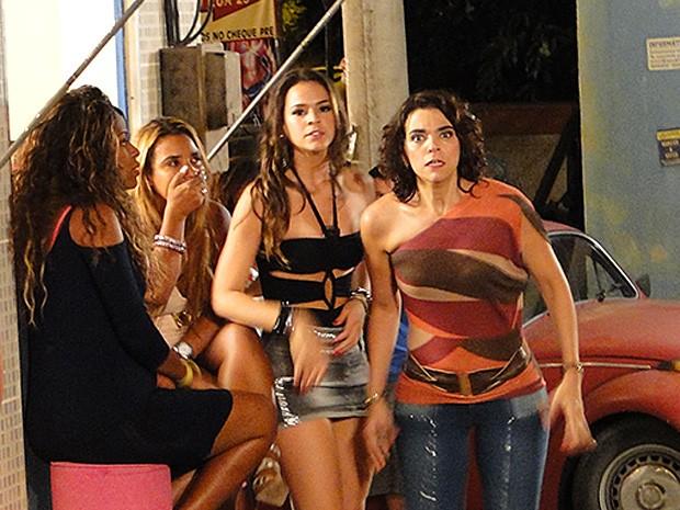 Delzuite não acredita no que vê: Pescoço e Vanúbia aos beijos (Foto: Salve Jorge/TV Globo)