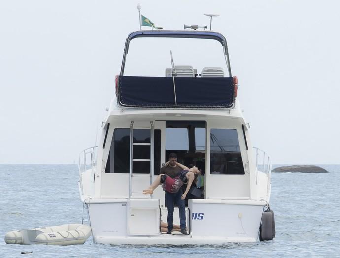 Fininho joga Isabela no mar (Foto: Raphael Dias/Gshow)
