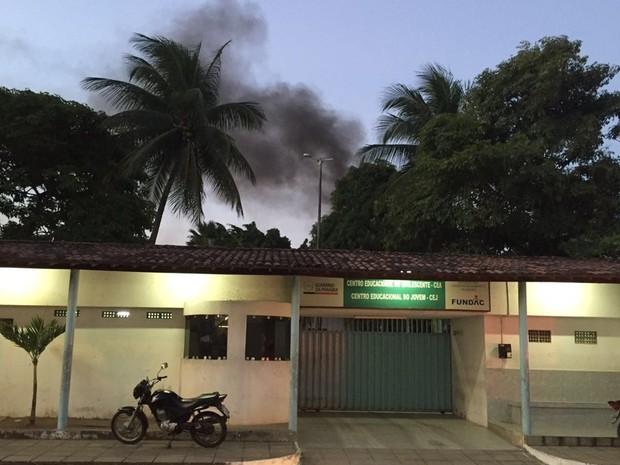 Internos atearam fogo em colchões, no CEJ (Foto: Walter Paparazzo/G1)
