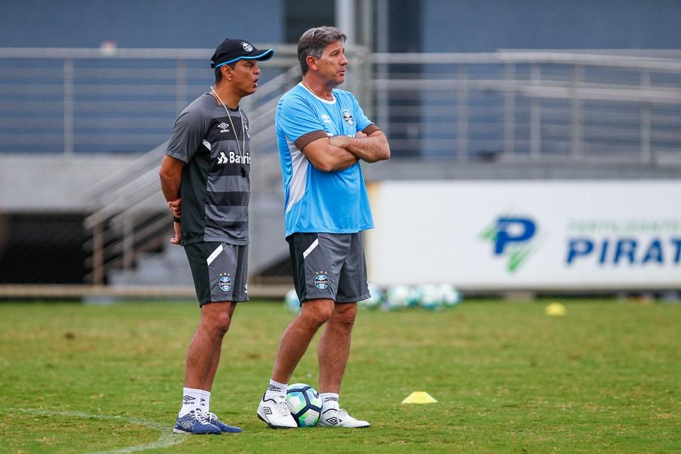 Renato e seu auxiliar e braço direito Alexandre Mendes (Foto: Lucas Uebel/Grêmio)